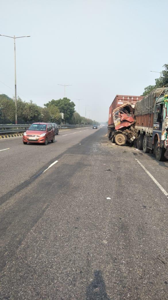 दो ट्रकों की भीषण टक्कर में सिपाही गंभीर रूप से घायल