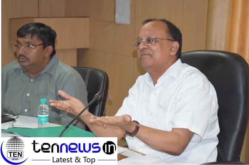 नोएडा ग्रीन फील्ड एयरपोर्ट के कार्य को जल्द पूरा करने के लिए डीएम बी एन सिंह ने कलेक्ट्रेट के सभागार में अधिकारियों के साथ की बैठक