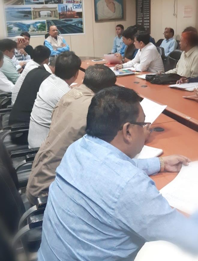 नोएडा ग्रीन फील्ड एयरपोर्ट के कार्य में तेजी लाने के लिए डीएम बी एन सिंह बैठक करते हुए अधिकारियों को दिए आवश्यक दिशा निर्देश