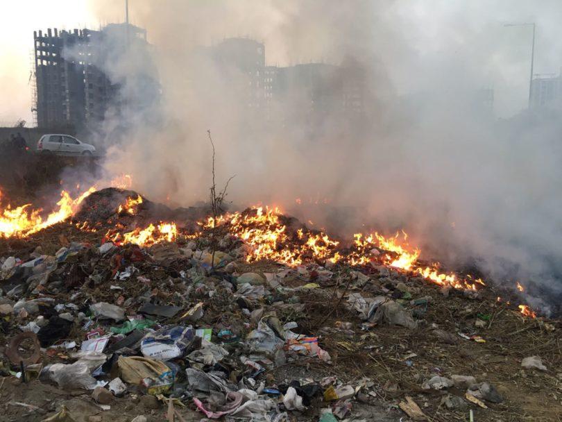 बिरोड़ी में कूड़े के ढेर में लगाईं गई आग, धुए से हो रहा प्रदुषण