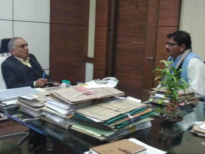 जेवर एयरपोर्ट के कार्य में तेजी लाये जाने के लिए विधायक धीरेन्द्र सिंह ने की प्रदेश के मुख्य सचिव के साथ बैठक