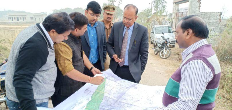 जेवर एयरपोर्ट की तैयारियों को लेकर डीएम बीएन सिंह ने किया रन्हेरा और पारोही ग्राम का दौरा