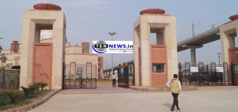 पंडित दीन दयाल उपाध्याय इंस्टिट्यूट के उद्घाटन के मौके पर प्रधानमंत्री नरेंद्र मोदी जनसभा को संबोधित करेंगे। कार्यक्रम के दौरान शहर में कई जगहों पर यातायात डायवर्ट रहेगा। इस कार्यक्रम के लिए पार्किंग की व्यवस्था नॉलेज पार्क के फायर स्टेशन के सामने स्थित बड़े मैदान में की गई है। दिल्ली, नोएडा-ग्रेटर नोएडा एक्सप्रेस वे की तरफ से आने वाले वाहन ग्रेटर नोएडा में प्रवेश करते ही हरनंदी पुल से पहले सफीपुर गाँव के समीप बने कट से सर्विस रोड से होते हुए कार्यक्रम स्थल के गेट नम्बर दो, तीन, के सामने से होते हुए लॉयड कॉलेज तिराहे से बाएं मुड़कर बड़े मैदान तक पहुंचेंगे। जेवर, अलीगढ व यमुना एक्सप्रेस-वे की तरफ से आने वाले वाहन जीरो पॉइंट से परीचौक गोलचक्कर से बाएं मुड़कर तथा एलजी चौक पहुंचकर वाहन से बाएं मुड़कर कार्यक्रम स्थल तक पहुँच सकेंगे। कासना व बुलन्दशहर से भी आने वाले वाहन परीचौक से सीधे एलजी गोलचक्कर से बाएं लेकर कार्यक्रम स्थल की पार्किंग में वाहन खड़ा करके जा सकेंगे।