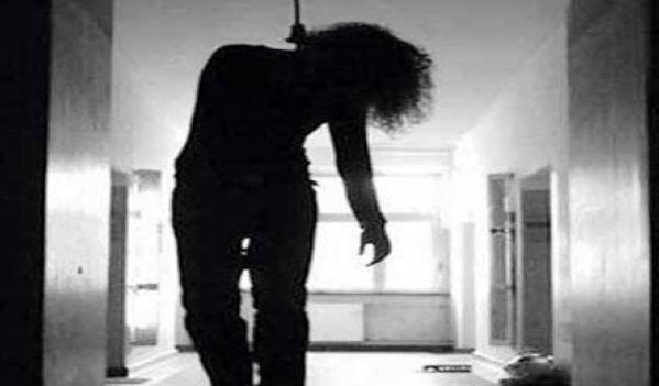 महिला प्रोफेसर ने कॉलेज के रूम में लगाईं फांसी, इलाज के दौरान मौत