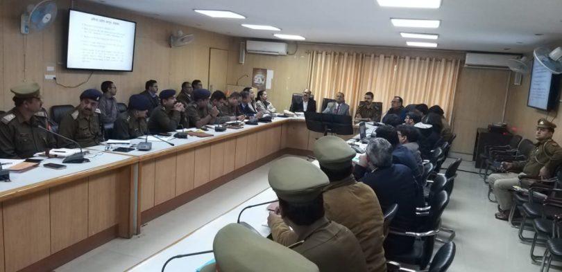 लोकसभा चुनावों को लेकर डीएम बी एन सिंह ने कानून व्यवस्था की बैठक में अधिकारियों को दिए निर्देश